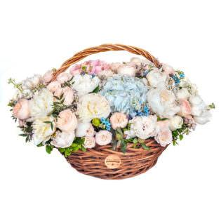 Цветы в корзинке с пионами